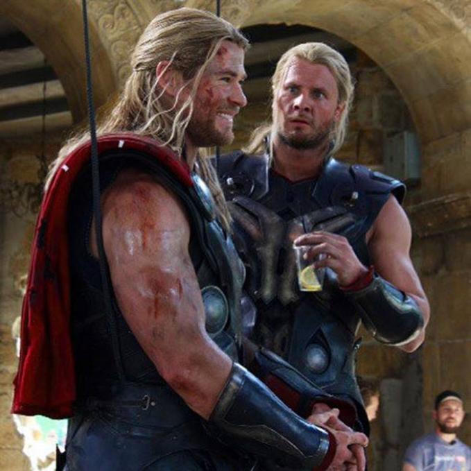 Chris Hemsworth saat memerankan Thor berfoto bersama pemeran penggantinya Bobby Holland.