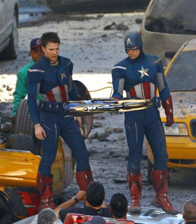 Kalau mereka berdua sudah pakai kostum Captain America nih, susah dibedakan mana Chris Evan dan mana stunt man-nya yang bernama Sam Hargrave.