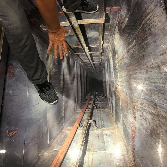 Yang ini juga nggak kalah nyeremin desainnya. Hmm, kira-kira di Indonesia atau kota kalian ada nggak nih lift unik seperti diatas.