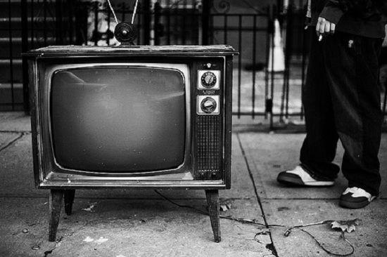 Benda pertama adalah televisi guys. Di awal kemunculannya televisi sempat menjadi primadona. Kini banyak orang yang perlahan mulai meninggalkan televisi fisik dan beralih ke layanan streaming. Stasiun televisi pun kini mulai banyak yang menjajaki layanan ini.