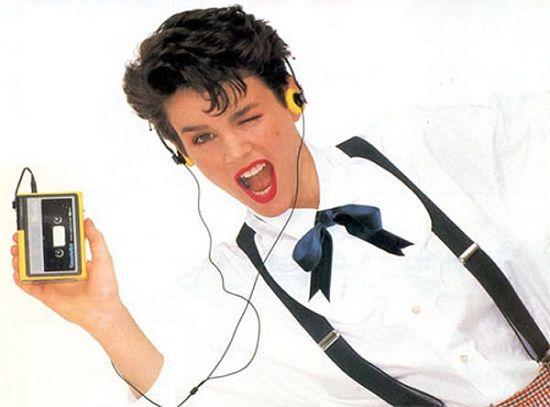 Dan yang terakhir adalah cara kita mendengarkan musik. Jika dulu menggunakan walkman dengan kaset, sekarang dengan satu genggaman bisa memilih ratusan lagu lewat beragam aplikasi. Nah, itu dia beberapa benda yang hampir punah karena tergerus teknologi. Mana nih yang pernah kalian gunakan dulu?.