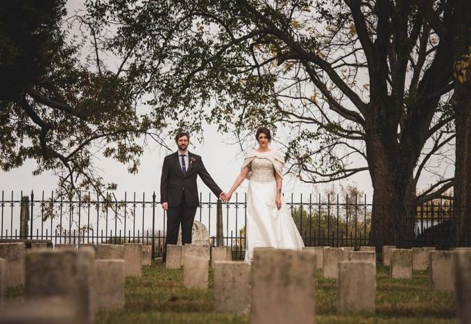 Untuk menunjukkan cinta sehidup semati, pasangan Joe Hendricks malah menggelar pernikahannya di sebuah kuburan.