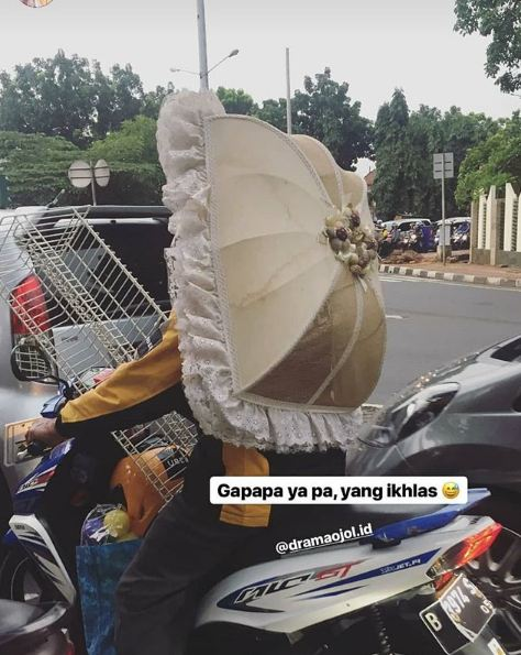 Daripada ribet bawanya mending sekalian dipakai buat helm begini.