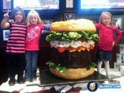 Burger-Burger Ini Punya Ukuran yang Nggak Lazim, Berani Coba?