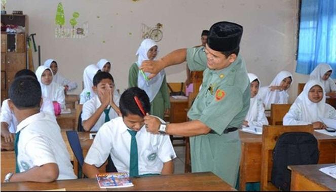 Hal yang ditakuti para cowok saat razia BP adalah potong rambut gratis bagi mereka berambut panjang menurut standart sekolah.