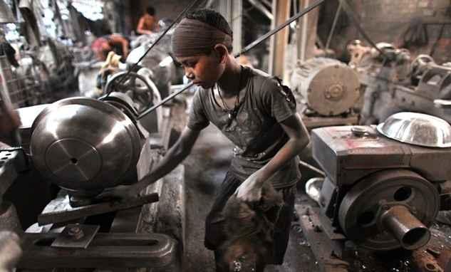 Saat anak seusianya di belahan dunia lain sibuk bermain, pekerja anak di Bangladesh ini harus bekerja keras demi upah yang tak seberapa.