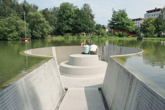 Kalau duduk di bangku sebuah taman di Austria ini nggak usah khawatir kebanjiran Pulsker, karena didesain dengan aman dan nyaman.