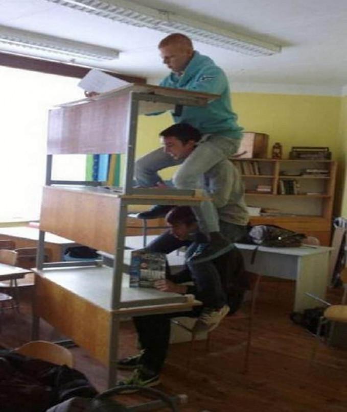 Mumpung nggak ada guru sesekali boleh lah bikin tingkah gokil kayak gini. Nah, gimana Pulsker keren-keren kan karya balancing artnya? Tapi yang bahaya sebaiknya jangan kamu tiru kapanpun dan dimanapun ya. (Sumber: Lolwot.com)