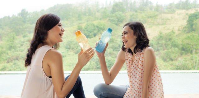Membawa air minum sendiri saat berangkat ngampus atau kerja bisa menghemat 2000 sampai 5000 rupiah, lumayan juga lho gaes. So mending bawa botol sendiri daripada beli.