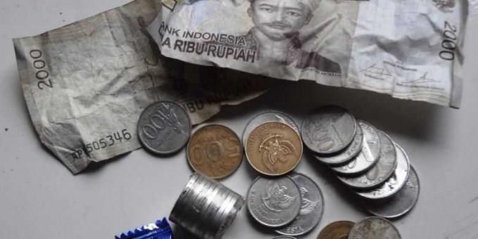Nah saat dapet kembalian receh dari beli sesuatu, sebaiknya disimpan dan ditabung meski uang logam, percaya deh nanti akhir bulan saat uang saku tinggal sedikit bisa jadi solusi.
